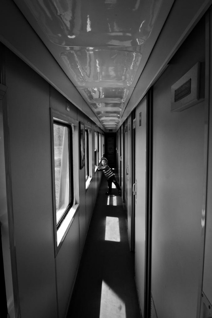 PETITE FILLE DANS LE TRAIN_4(bw)